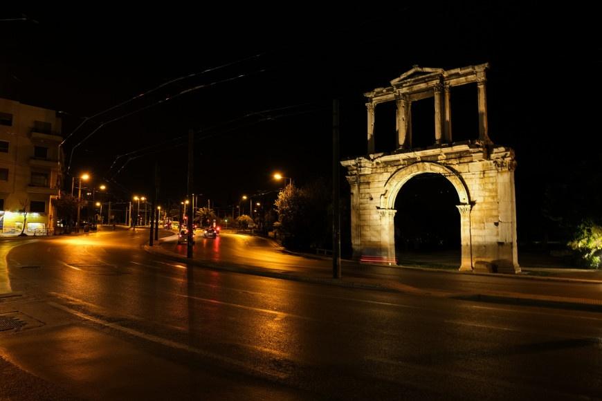 Σάββατο βράδυ: Έρημοι οι δρόμοι της Αθήνας - Ουρές σε υπαίθριο μπαρ για  κοκτέιλ στη Θεσσαλονίκη (φώτο - βίντεο)